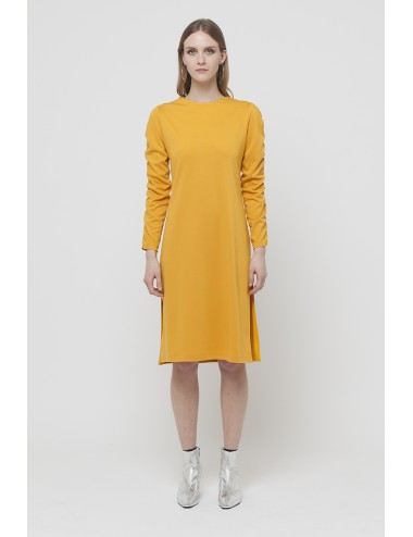 Dress with curl on the sleeves and side slits