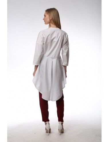 White long maxi shirt. Shorter in front and longer behind. Popeline.